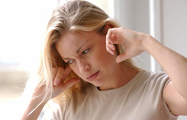 Звенит в левом ухе: примета об опасности