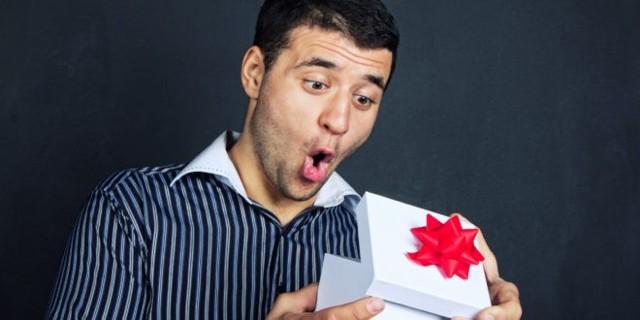 Бритва в подарок мужчине: можно ли дарить для прочных отношений