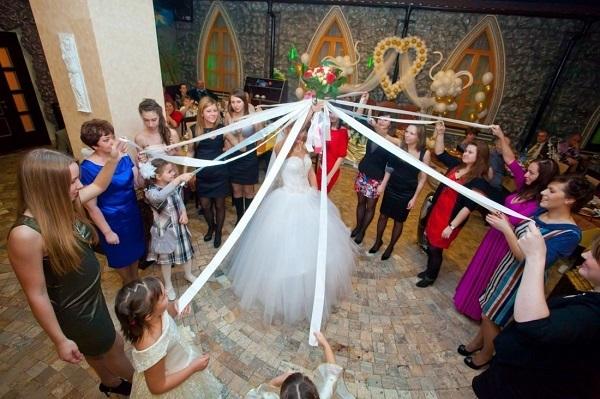 Поймать букет невесты на свадьбе: что с ним делать, примета