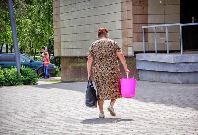 Баба с пустым ведром: примета, которой верят до сих пор