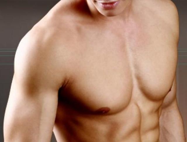 К чему чешется грудь: приметы для девушек