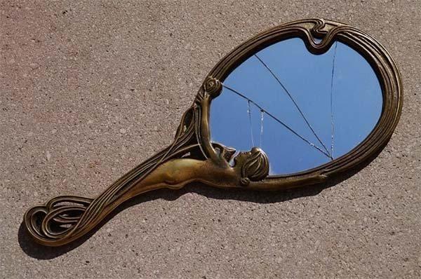 Можно ли дарить зеркало: значение приметы и защита от негативной энергии