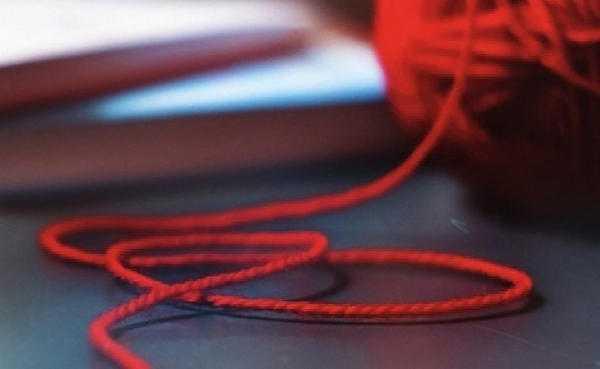 На какой руке носят красную нить: значение, как правильно завязывать