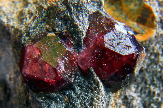 Свойства камня карбункул: целебные, мистические, кому подходит по Зодиаку